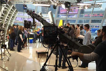 "Photo courtesy of Jeremy McKeel TV production students watch host Cody Alan and guest host Brett Eldredge shoot a cornhole segment for ""Hot 20 Countdown"" at Bridgestone Arena in Nashville, Tenn."